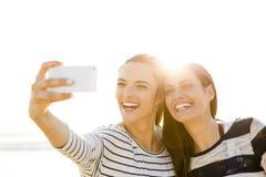 Meilleurs amis prenant un selfie Photo libre de droits