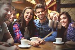 Meilleurs amis prenant un selfie au café Photos stock