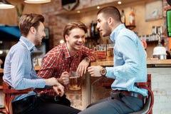 Meilleurs amis rencontrés dans le bar Photo libre de droits