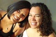 Meilleurs amis riant nerveusement Photos libres de droits