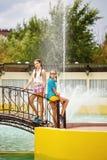 Meilleurs amis se tenant sur le pont près de la fontaine Photo stock