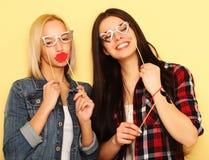 Meilleurs amis sexy élégants de filles de hippie prêts pour la partie Au-dessus du YE Image stock