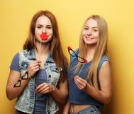 Meilleurs amis sexy élégants de filles de hippie prêts pour la partie Au-dessus du YE Image libre de droits