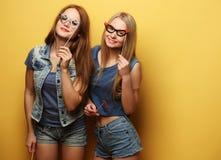 Meilleurs amis sexy élégants de filles de hippie prêts pour la partie Au-dessus du YE Photographie stock libre de droits