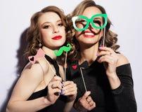 Meilleurs amis sexy élégants de filles prêts pour la partie La robe et lumineux noirs composent Photo libre de droits