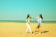 Meilleurs amis sur la plage similing et montrant le coeur Image stock