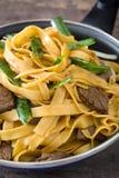 Mein чау-чау говядины в сковороде китайская еда Стоковые Изображения RF