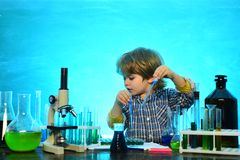 Mein Chemieexperiment Chemiewissenschaft Biologieexperimente mit Mikroskop Junior-Jahr-Chemie Es war ein kleines stockfoto