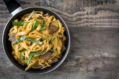 Mein da comida da carne em uma frigideira Alimento chinês imagem de stock