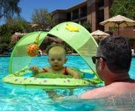 Mein erstes Bad im Pool Stockfotos