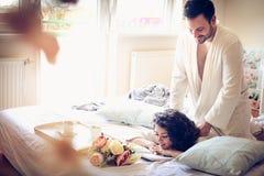 Mein Liebling gibt mir Morgenmassage lizenzfreies stockfoto