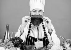 Mein Lieblingslebensmittel B?rtiger Mannkoch in der K?che, kulinarisch Gesundes Lebensmittelkochen N?hren und biologisches Lebens stockfotos