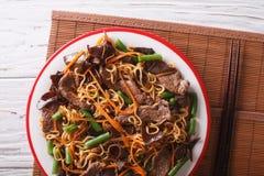 Mein Lo с крупным планом говядины, muer и овощей по горизонтали верхняя часть v Стоковые Изображения