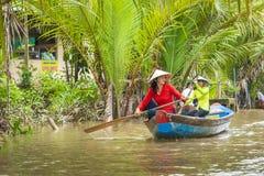 MEIN THO, VIETNAM - 24. NOVEMBER 2018: Vietnamesische Frauen im tra stockbild