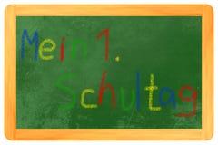 Mein 1. tizas coloreadas Schultag en la pizarra Imagen de archivo