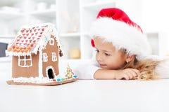 Mein Weihnachtslebkuchen-Plätzchenhaus Stockbild