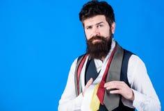 Meine Garderobe ist stilvoll dennoch Fachmann Bärtiger Mann, der eine Krawatte wesentlich von seiner Garderobe wählt Die Garderob lizenzfreie stockfotografie
