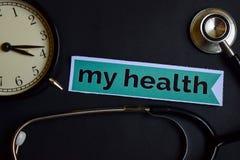 Meine Gesundheit auf dem Druckpapier mit Gesundheitswesen-Konzept-Inspiration Wecker, schwarzes Stethoskop stockfoto