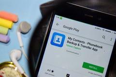 Meine Kontakte - Telefonbuch-Aushilfs- u. Übergangsentwickler-App mit dem Vergrößern auf Smartphone-Schirm stockbilder