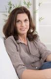 Meio atrativo mulher envelhecida no retrato fotos de stock royalty free