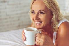 Meio bonito mulher envelhecida em casa Fotos de Stock Royalty Free