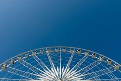 Meio ciclo da roda de Ferris branca fotos de stock