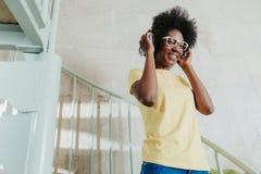 Meio comprimento de vestir africano da senhora ocasional e da falar no telefone celular imagens de stock