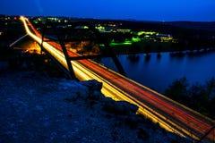 Meio das luzes do carro da ponte de Pennybacker 360 da estrada Fotografia de Stock Royalty Free