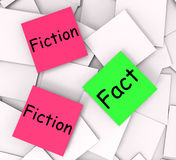 Meio das notas de post-it da ficção do fato correto ou falsidade Fotos de Stock