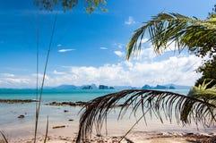 Meio-dia em uma praia em Tailândia do sul Fotos de Stock