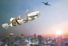Meio do ar do voo do homem mais novo com bagagem e o passageiro de pertença foto de stock