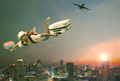 Meio do ar do voo do homem mais novo com bagagem e o passageiro de pertença foto de stock royalty free