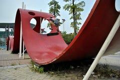 Meio do ar do skater em uma escultura abstrata Fotografia de Stock Royalty Free