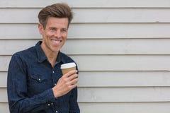 Meio feliz café bebendo envelhecido do homem Imagens de Stock
