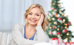 Meio feliz mulher envelhecida em casa fotos de stock royalty free