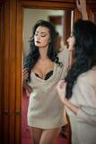 Meio levantamento despido moreno 'sexy' atrativo provocatively Retrato da mulher sensual na cena clássica do boudoir Mulher longa Foto de Stock