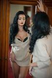 Meio levantamento despido moreno 'sexy' atrativo provocatively Retrato da mulher sensual na cena clássica do boudoir Mulher longa Imagem de Stock Royalty Free