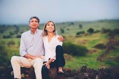 Meio loving feliz pares envelhecidos imagens de stock