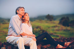 Meio loving feliz pares envelhecidos Fotos de Stock