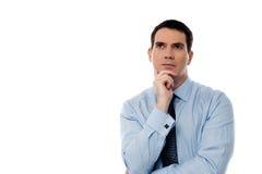 Meio pensativo homem de negócio envelhecido que olha acima Imagem de Stock Royalty Free