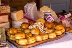Meio queijos diferentes em um bio mercado em Hungria, o 28 de agosto Foto de Stock