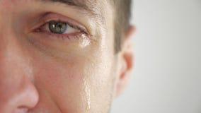 Meio retrato da cara do homem triste que grita com os rasgos no olho Homem no desespero vídeos de arquivo