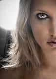 Meio retrato da face de uma mulher loura bonita Fotos de Stock