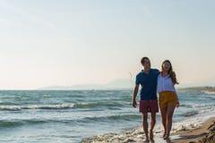 Meio rom?ntico feliz pares envelhecidos que apreciam a caminhada bonita do por do sol na praia imagens de stock royalty free