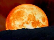meio super da parte traseira da lua do sangue azul na montanha Imagens de Stock Royalty Free