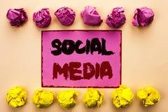 Meios do Social do texto da escrita da palavra Conceito do negócio para social em linha da comunidade da parte da mensagem do bat fotografia de stock royalty free