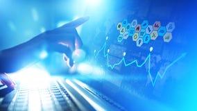 Meios mistos, analítica da inteligência empresarial Ícones, gráficos e cartas na tela virtual Investimento e conceito de troca fotografia de stock