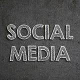 Meios sociais escritos à mão com giz branco em um quadro-negro foto de stock royalty free