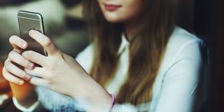 Meios sociais que consultam o conceito bonito da cultura de juventude da menina Imagens de Stock