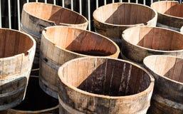 Meios tambores de madeira velhos Barris de vinho ex que têm uma segunda vida a ser usada como a decoração ou como plantadores de  Fotos de Stock Royalty Free